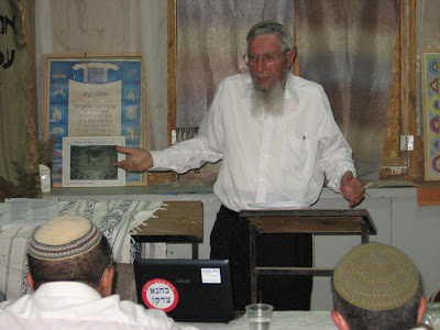 הרב ישראל אריאל מעביר שיעור בבית חגלה על פני יריחו
