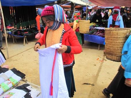 Chị Sùng A Mí đang chọn vải may <a target='_blank' href='http://vay.blogsudo.com'>váy</a> áo mới đón Tết.