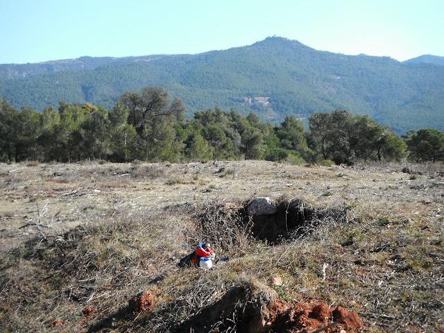 Forn de calç del pla de la Barraca, amb Tagamanent de fons