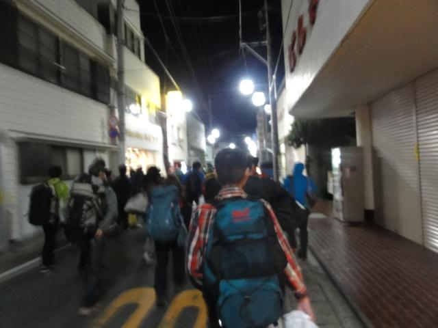 バスを降りてから松崎町環境改善センター文化ホールまで、<br /> 大きな荷物をもって大移動