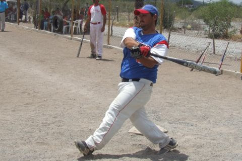 Rafael Jasso de Cerveceros en el softbol del Club Sertoma.