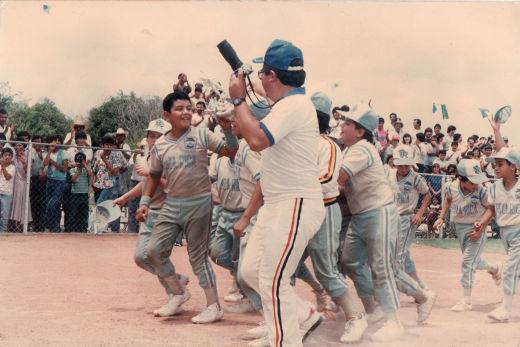 Celebración de Poza Rica con su trofeo de subcampeón del nacional de ligas pequeñas división menor de 1986