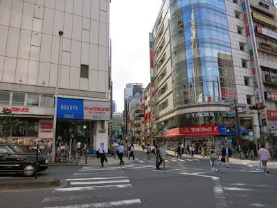 小田急ハルク、ビックカメラの1本裏の細い道