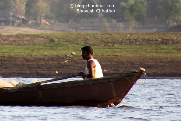 2 fishermen looking for some good catch in the lake of Dudhani created by Madhubani dam - Crop 3