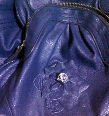 bolsa customizada com flor feita da alça