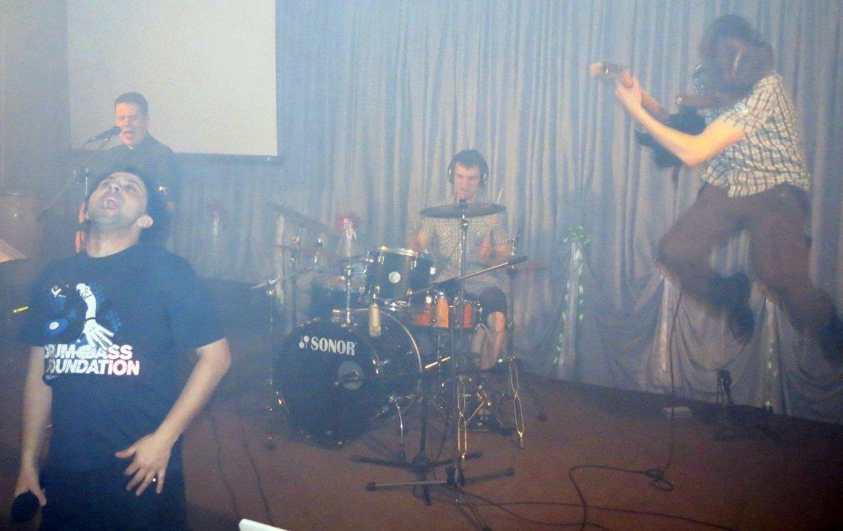Группа и DJ выступают вместе