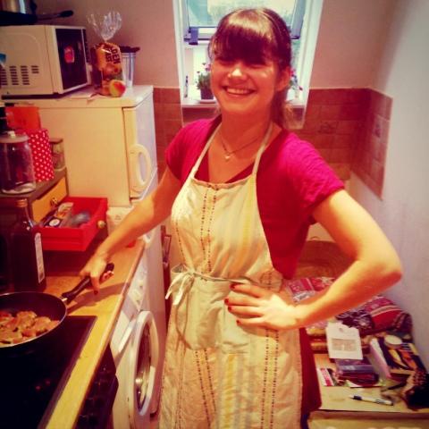 Fräulein Berger beim Kochen - die Macarons sind schon in Ofen, deshalb ist in der Pfanne was Deftiges