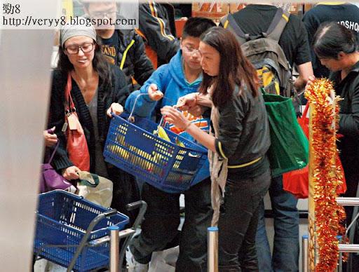 食住糖嘅心悠,同一班義工喺超級市場掃貨,由乾糧到生果,買咗好多袋。