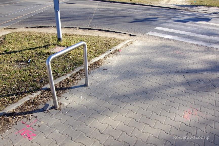 Ten stojak na rowery będzie musiał sobie znaleźć nowe miejsce.