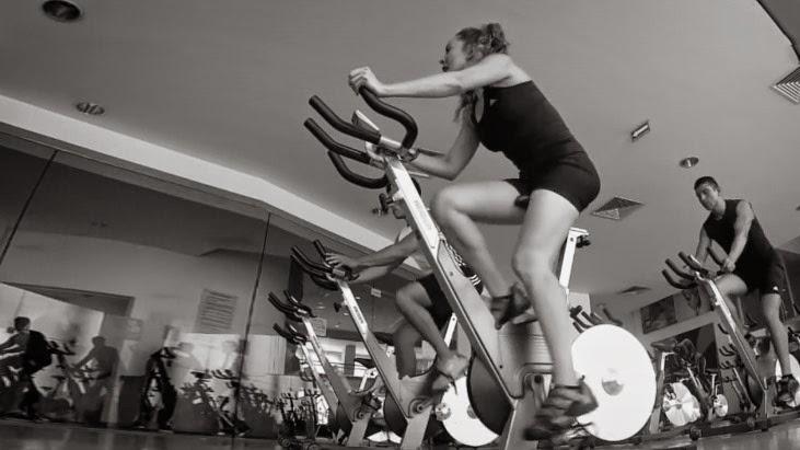 Bicicleta estática, rutinas y beneficios
