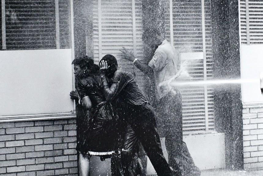 Pessoas eram arrastadas pelas ruas, em frente aos carros, pelos jatos d'água empregados pelo bombeiros contra os manifestantes.