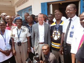 Martin Kobler (en veste, au milieu) et le personnel de la Monusco à l'Equateur lors de la fermeture du bureau de la mission à Mbandaka samedi 16 août. Photo Monusco/Paul-Richard Malengela.