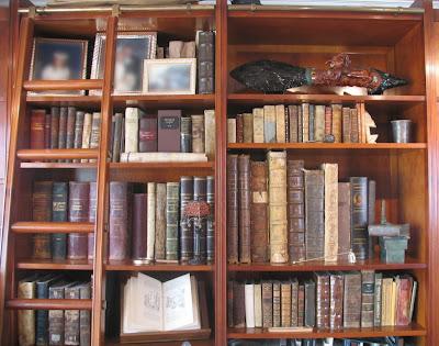 Todos los libros en posición de firmes