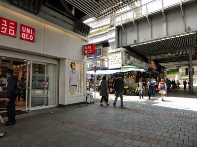 上野のガード下ユニクロの角
