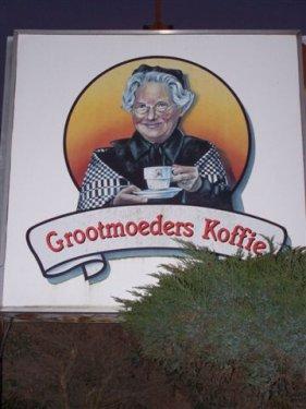 Bij grootmoeder in Gullegem worden we getrakteerd op een lekkere, artisanaal gebrande koffie tesamen met een éclair.
