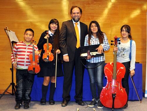 UCEN dona instrumentos musicales a orquesta de niños en situación de vulnerabilidad