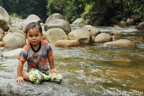 baby aslah mandi air sungai
