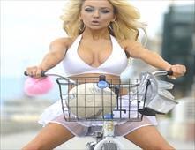 نجمات بالبيكيني على دراجاتهنّ