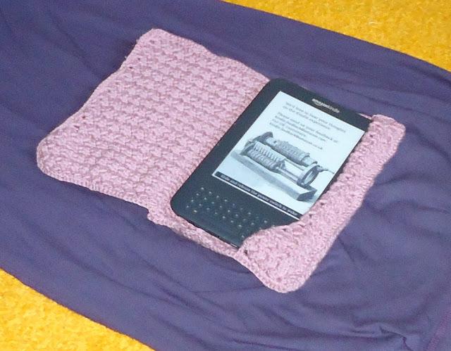 Калъф за Kindle, в положение за четене