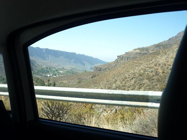 Blick aus dem hinteren Auto-Fenster. Bei Fataga, Gran Canaria.