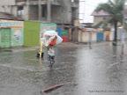 Une vendeuse des pains obligé de sortir sous la pluie le 28/10/2014 à Kinshasa. Radio Okapi/Ph. John Bompengo