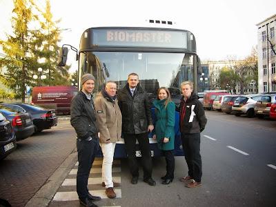 Biometan - Biomaster. Uczestnicy spotkania przemieszczali się po Krakowie ekologicznym autobusem na CNG