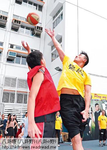 五分鐘對賽,林峯不停射籃,但冇球入,雙方最後六比六打和,和波功臣係 MC Jin。