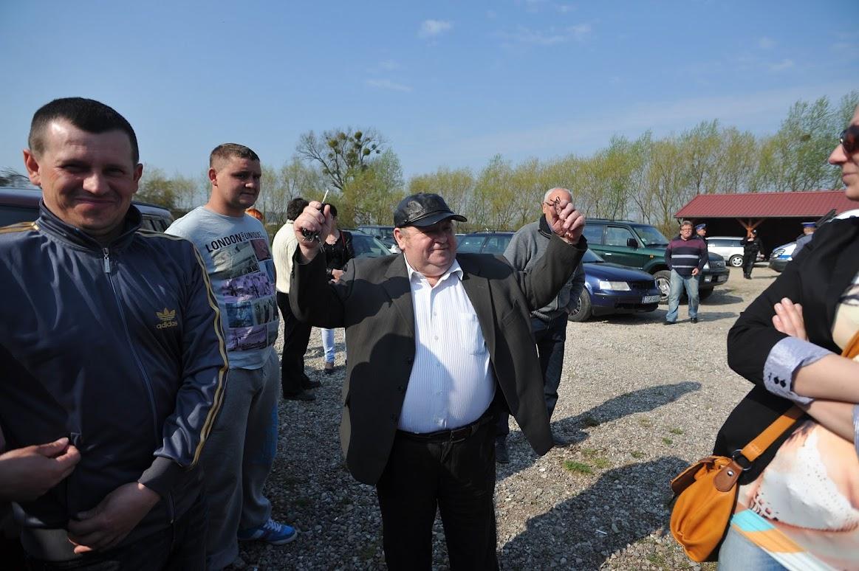 Setpolbesitzer Stefan Tarnowski reißt die Arme hoch, als der Gerichtsvollzieher zur Räumung eintrifft. Bild © Stefan Csévi für gemeinde-tantow.de