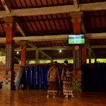 przed Pura Tirta Empul, podobnie jak przed każdą większą atrakcją turystyczną na Bali, znajduje się spory zadaszony taras, gdzie kierowcy czekają na swoich pasażerów. dziś, wyjątkowo, zamiast lokalnej telewizji, pokazywany jest Mundial