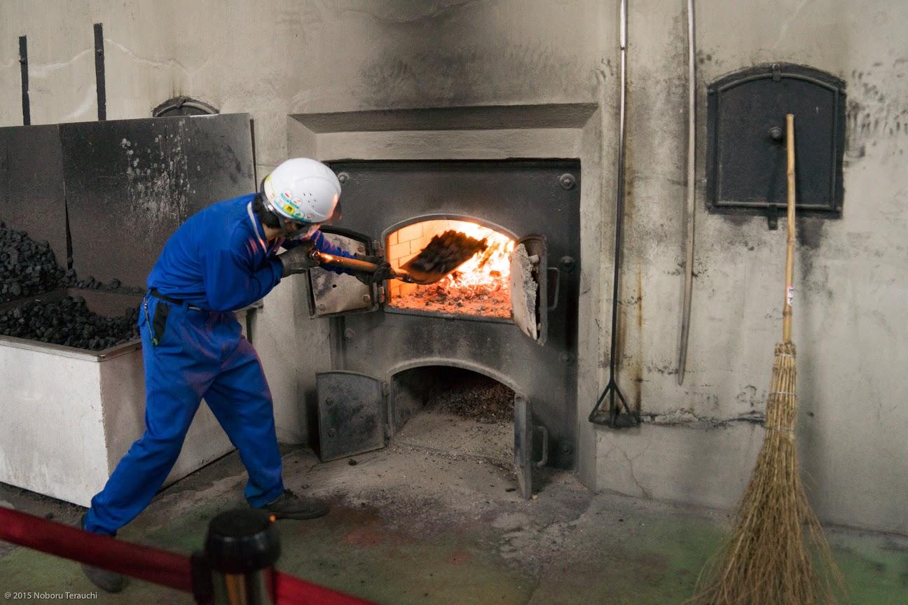 石炭をくべる作業