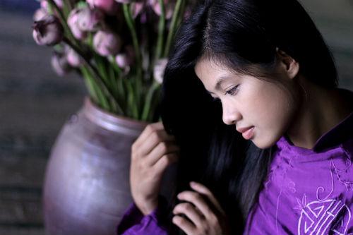 Ảnh cô gái xứ Huế mặc áo dài tím, tóc dài xinh đẹp