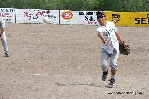 Armando Alba lanzando por Albures A en el softbol del Club Sertoma