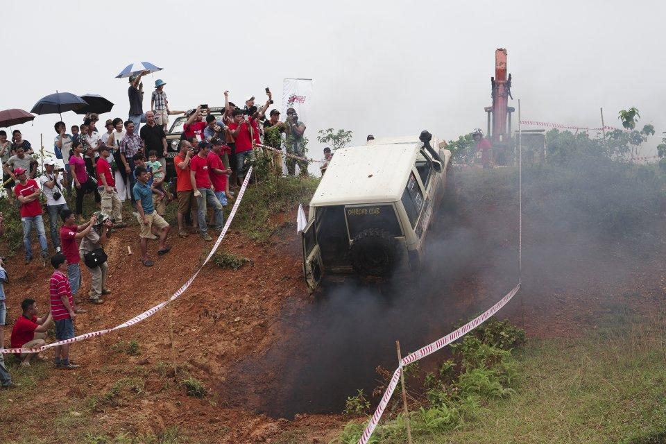 Các xe phải...xịt khói đen mới có thể băng qua được con dốc cao