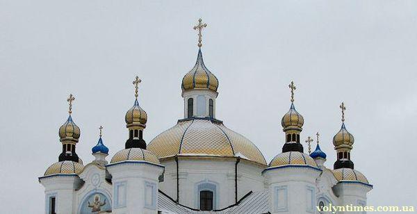 """Хрести і куполи """"реставрованого"""" храму"""