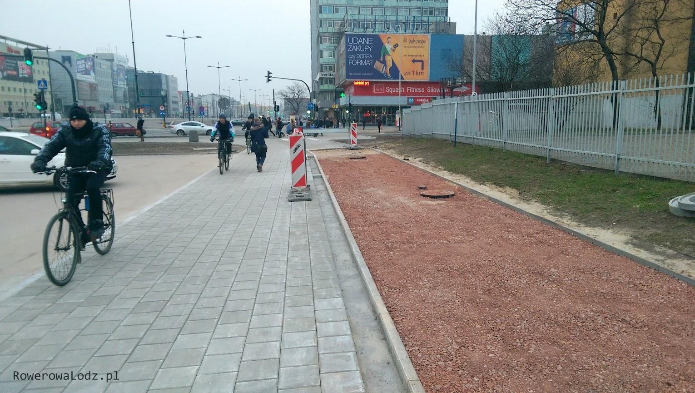 Od strony skrzyżowania z ul. Sienkiewicza. Chodnik pełni funkcję ciągu pieszo-rowerowego