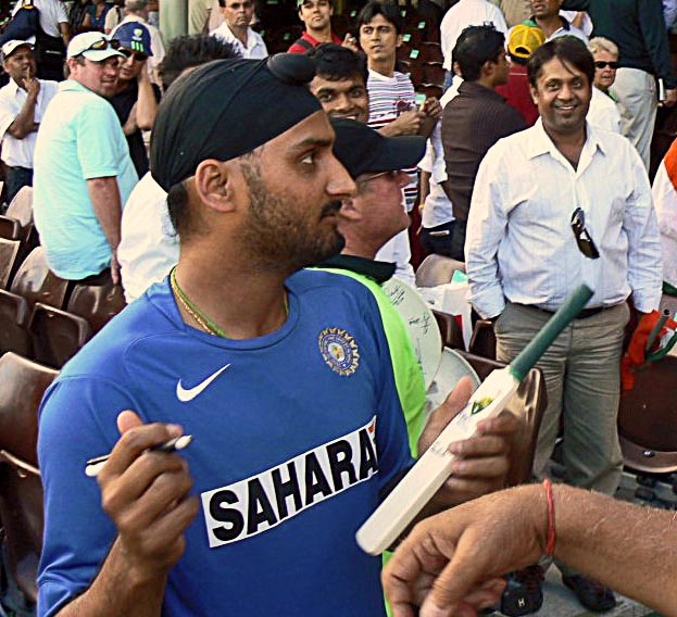 harbhajan singh signing toy bat