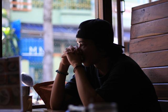 chàng trai với tâm trạng buồn bên ly cà phê
