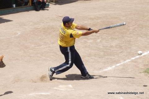 César Santos bateando por Tigres en el softbol dominical