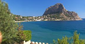 Sizilien bietet Berge und Meer - Blick auf das Capo Zafferano von Sant'Elia aus.