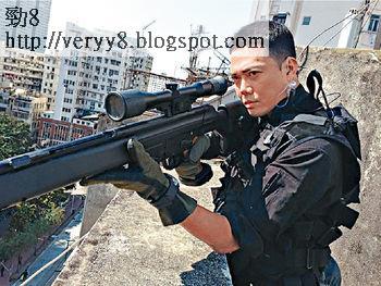謝天華以狙擊手造型,冒著寒風在天台拍戲。
