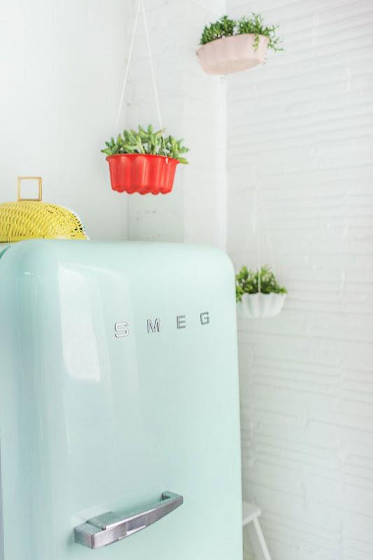 Moldes como maceteros para plantas en la cocina