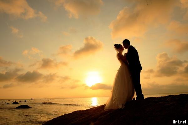 ảnh cưới lãng mạn trước biển