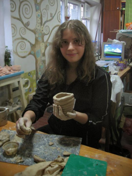 Виктория лепит горшок жгутиковым способом