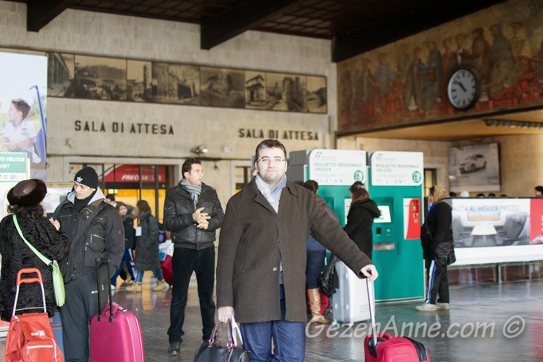 tren beklerken, Floransa İstasyonu
