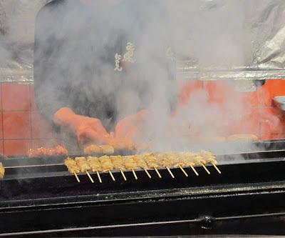 けむりモクモクで焼鳥が焼かれています
