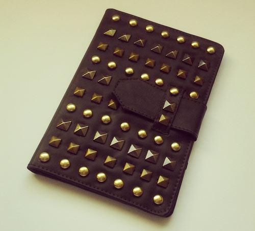customização de capa de tablet com tachinhas