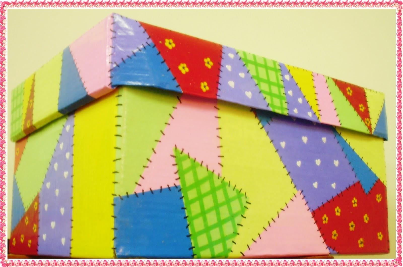 Esta caixa de papelão pode ser aproveitada para por brinquedos ou  #B31F18 1600x1061