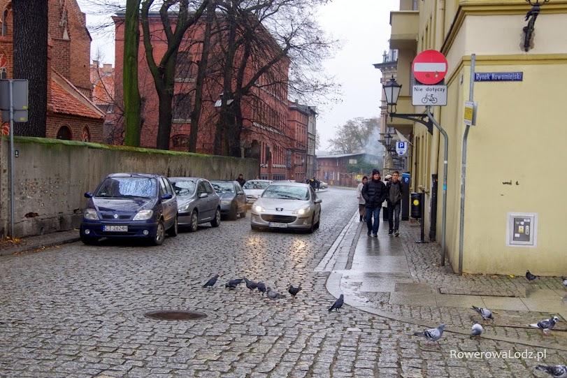 Kolejna ulica dwukierunkowa tylko dla rowerów. Strona parkujących samochodów nie ma znaczenia.