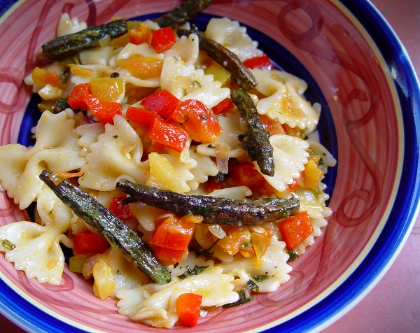 Veganosaurus~*~: Farfalle with Crunchy Okra and Red Bell Peppers
