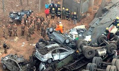 中国の高速道路で爆竹積載トラックが爆発!橋崩落で多数の死者